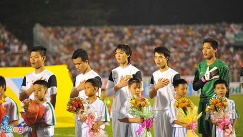 Cầu thủ U19 Việt Nam đuối sức nằm gục trên sân