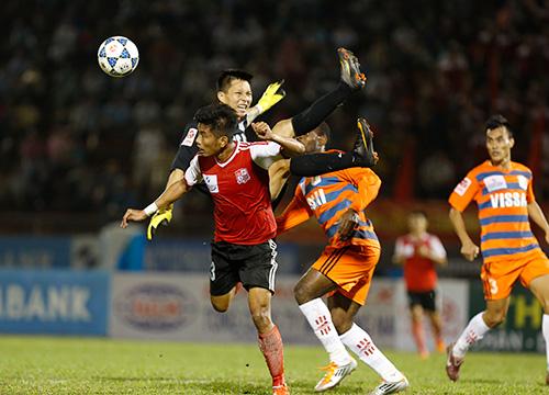 Thủ môn Ninh Bình bất động trên sân sau pha va chạm