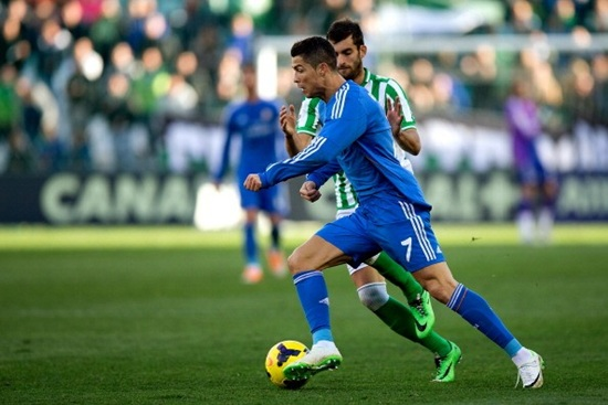 Hình ảnh Bale cúi xem chân Ronaldo được đúc bằng gì