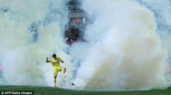 CĐV ném bom làm loạn trận Villarreal vs Celta