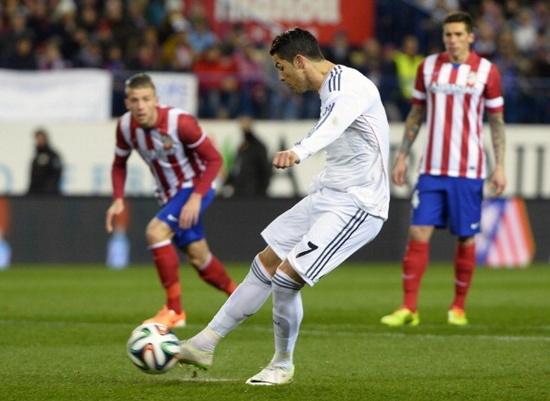Ronaldo lĩnh trọn cú ném bật lửa từ CĐV Atletico