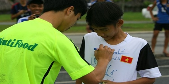 Cậu bé mặc áo ĐT Việt Nam đạp xe 10km bám theo Công Phượng xin chữ ký