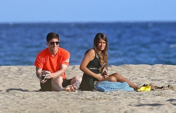 Messi say đắm bên bạn gái trước chung kết Cúp nhà Vua
