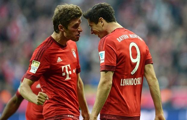 Thomas Muller và Robert Lewandowski thi nhau ghi bàn vào lưới Dortmund