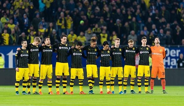 """Hummels """"đốt đền"""", """"batman"""" Aubameyang không cứu nổi Dortmund"""