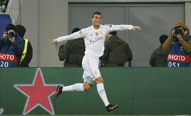 """Cristiano Ronaldo """"quẩy"""" tưng bừng mừng bàn thắng"""