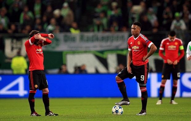 """BHL ngỡ ngàng, Van Gaal cúi gầm mặt sau khi Wolfsburg """"tặng"""" vé Europa League"""