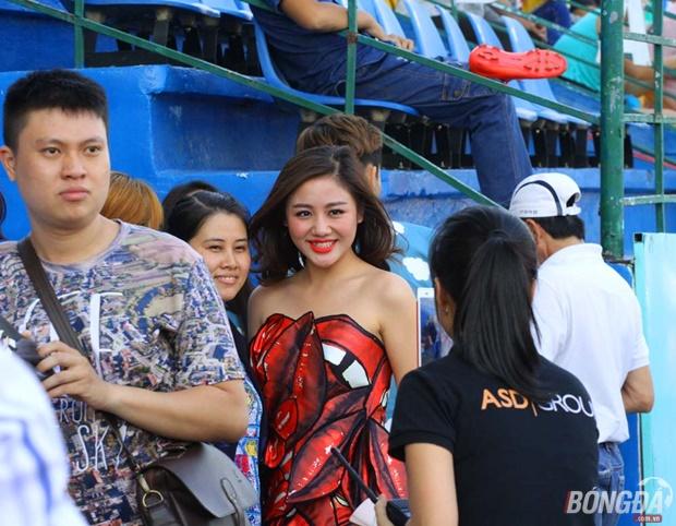 """Văn Mai Hương """"đốt lửa"""" sân Gò Đậu ngày khai mạc V-League 2016"""