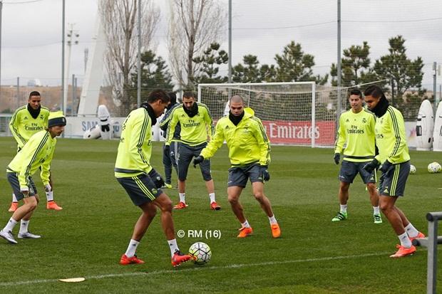 """Zidane tình cảm """"truyền bí kíp"""" cho Modric trước derby sinh tử"""