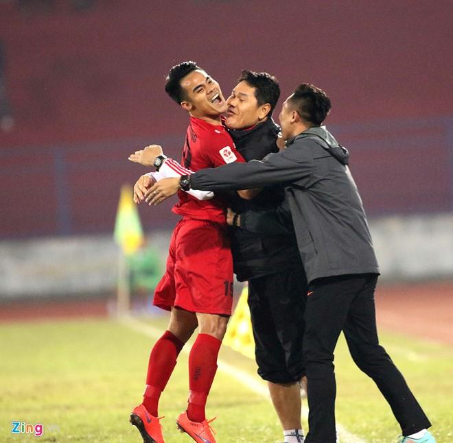 Khoảnh khắc cầu thủ Hải Phòng ăn mừng ngày dẫn đầu V-League