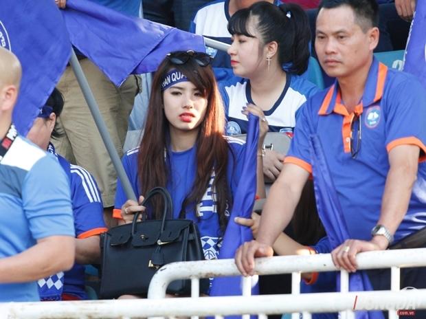 """Nữ CĐV xinh hơn Kỳ Hân """"tiếp lửa"""" bất thành cho Than Quảng Ninh"""