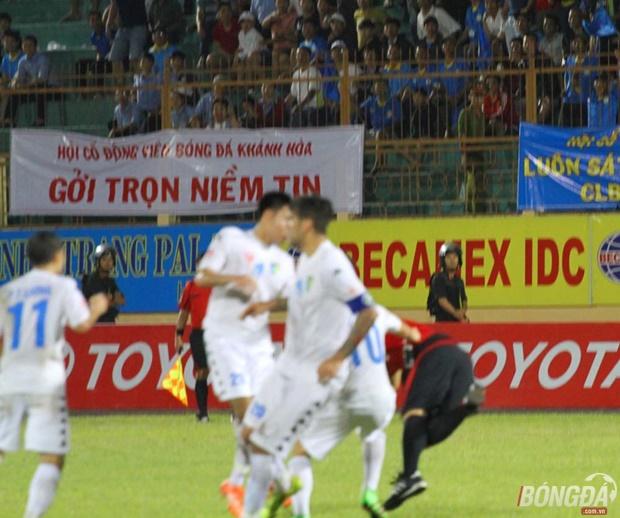 Cầu thủ Hà Nội T&T 'quây' ngã trọng tài Công Khanh trên sân Nha Trang