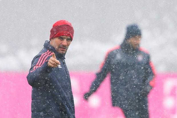 Bayern Munich tuyết rơi tràn ngập, vừa tập vừa run