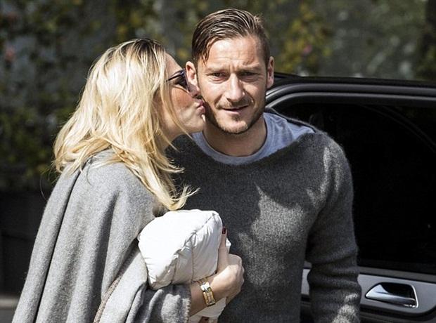 """Điểm tin hậu trường 17/03: Totti hé lộ chuyện phòng the cực sốc, Siêu mẫu nội y tung """"ảnh nóng"""" ủng hộ M.U"""