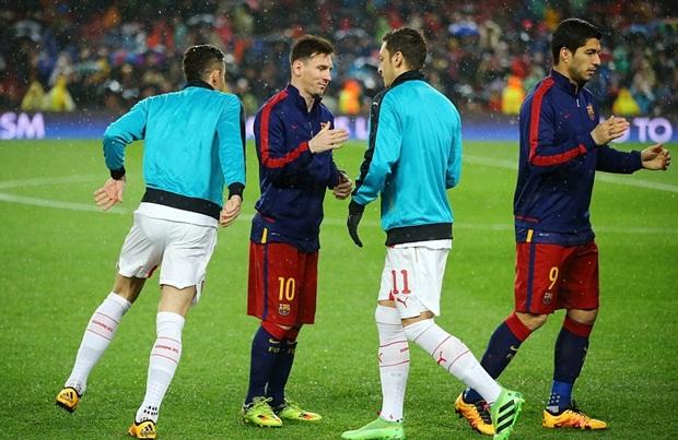 """HLV Wenger lo lắng nhìn đồng hồ sau khi lĩnh trọn """"cú đinh ba"""" của Barca"""