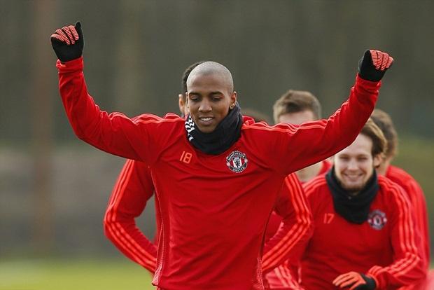 Young trở lại, Man United thoải mái đùa giỡn trước trận đánh lớn