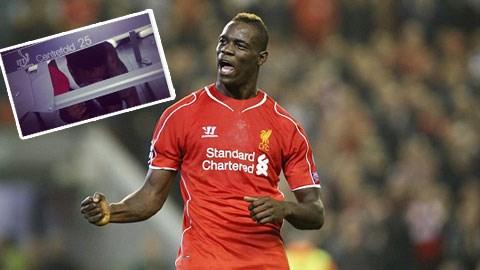 Balotelli khiến Sterling phải chui gầm bàn