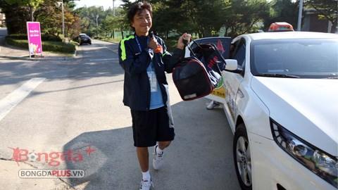 Thầy trò HLV Miura đến sân tập bằng taxi