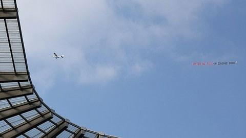 Fan Man City chơi sang thuê máy bay chế giễu M.U