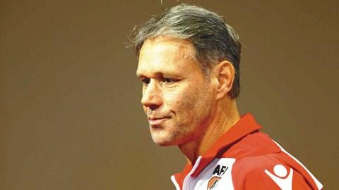 HLV Van Basten từ chức tại AZ Alkmaar vì Stress: Chữ Tài liền với chữ Tai một vần