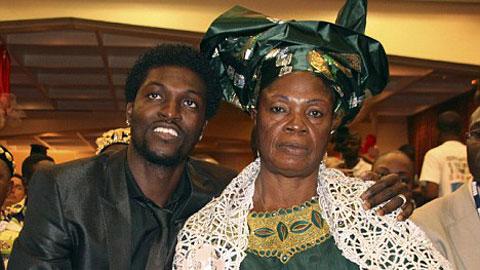 Adebayor nghĩ mẹ ruột là phù thủy, đuổi ra khỏi nhà?