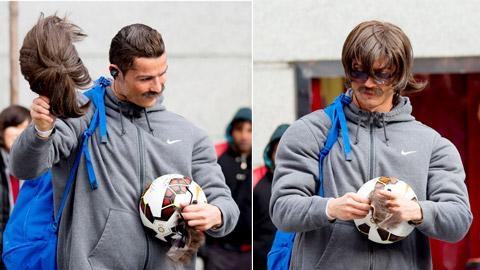 """Ronaldo chơi bóng trong bộ dạng """"cái bang"""""""