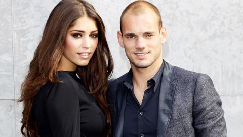 """Vợ Sneijder bỗng dưng """"đeo ba lô ngược"""""""