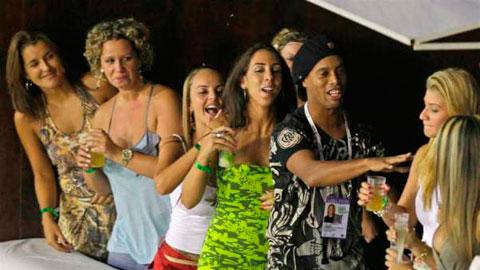 """Ronaldinho xứng danh """"vua tiệc tùng"""""""