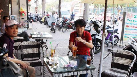 Bóng đá - Fan Hải Phòng bắt gặp HLV Miura khám phá đồ uống đất Cảng