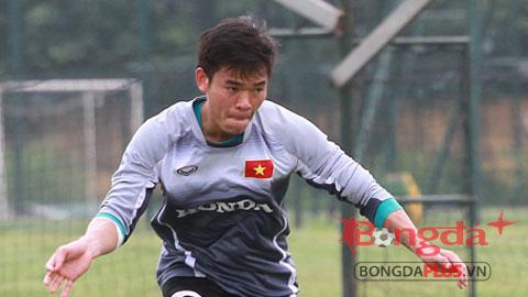 Bóng đá - Thiếu quân, HLV Miura cho thủ môn lên đá hậu vệ