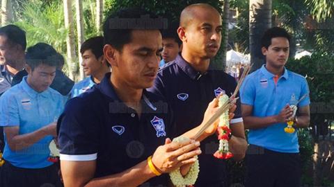HLV Kiatisak cùng học trò lên chùa cầu may trước trận gặp Việt Nam