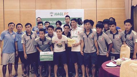 Cầu thủ HA.GL quyên góp ủng hộ người dân Quảng Ninh gặp thiên tai