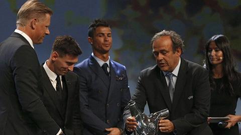 Ronaldo ngao ngán nhìn Messi nhận giải Cầu thủ xuất sắc nhất châu Âu 2014/15