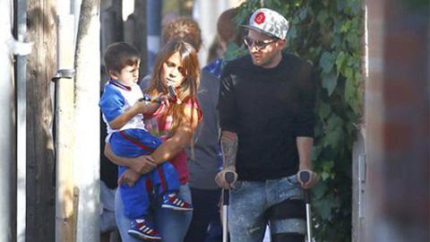 Messi chống nạng đi đón con
