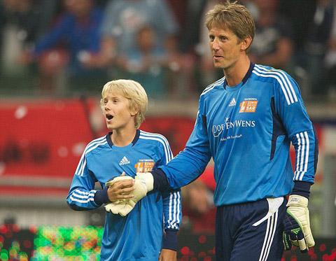 Hổ phục sinh hổ tử - cha con nhà Van der Sar trong một trận đấu
