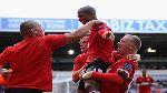 Góc hài hước: Đến Rooney cũng sốt ruột vì tài ăn vạ của Ashley Young?!
