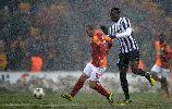 Chùm ảnh: Sneijder và Drogba ăn mừng trên tuyết