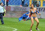 Chùm ảnh: Fan nữ mặc bikini lao xuống sân