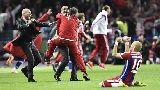 Cầu thủ Bayern Munich tắm bia ăn mừng cú đúp danh hiệu