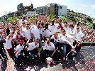 Chùm ảnh: Cận cảnh dàn sao Arsenal ăn mừng cúp FA trên xe diễu hành