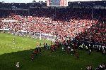 Chùm ảnh: Sập hàng rào ở La Liga, 68 người bị thương, cầu thủ liều mạng cứu fan nhí