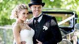 Chùm ảnh: Thất nghiệp, cựu sao Liverpool vẫn lấy được vợ xinh