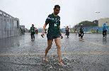 Chùm ảnh: Chùm ảnh: Bị từ chối 2 bàn thắng, Mexico vẫn vượt qua Cameroon trong trận thủy chiến