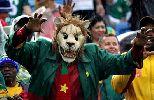 Chùm ảnh: Những màn hóa trang ấn tượng trên khán đài trận Mexico - Cameroon