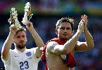 Chùm ảnh: Chùm ảnh: Đội tuyển Anh 'không kèn không trống' ngày trở về