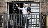 Chùm ảnh: Nhận án phạt nặng, Luis Suarez về nhà chăm con