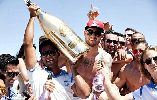 Chùm ảnh: Sao trẻ người Anh ăn chơi dùng hơn nửa tỉ Đồng mua 1 chai rượu