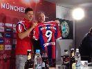Robert Lewandowski ra mắt Bayern, mang áo số 9