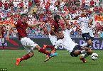 """Chùm ảnh: Xúc động sao trẻ AS Roma chấp nhận """"lĩnh"""" thẻ để lên khán đài…ôm hôn bà nội"""