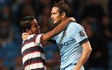 Chùm ảnh: Fan cuồng bị bắt vì đột nhập vào sân ôm Lampard